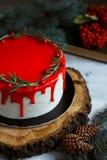 Il dessert casalingo tradizionale di festa del dolce di natale con il mirtillo rosso e il rozmarine nel telaio delle decorazioni  Fotografie Stock Libere da Diritti
