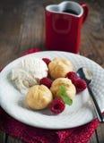 Il dessert con la pasta sfoglia e del gelato alla vaniglia ha riempito di crema della latteria Fotografia Stock Libera da Diritti
