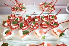 Il dessert di varietà di nozze agglutina, in vasi con i cucchiai, crema e fragole cremose, cuore del biglietto di S. Valentino co fotografia stock libera da diritti