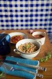 Il dessert italiano della papaia del risotto del riso sbramato della minestra del pomodoro è servito nel tovagliolo di tela blu d immagine stock