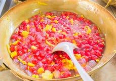 Il dessert tailandese ha chiamato Tub Tim Grob o le castagne d'acqua in latte di cocco Immagini Stock Libere da Diritti