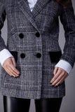 Il dettaglio dei bottoni grigi di colore del cashmere della lana del rivestimento dei vestiti ricopre Fotografia Stock