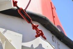 Il dettaglio del cavo del ` s della lancia di salvataggio ha sparato di un traghetto Fotografie Stock Libere da Diritti