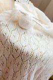 Il dettaglio del primo piano del tessuto di tricotta il maglione bianco Fotografie Stock