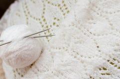 Il dettaglio del primo piano dell'artigianato tessuto tricotta il maglione bianco Fotografie Stock