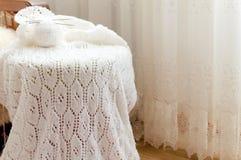 Il dettaglio del primo piano dell'artigianato tessuto tricotta il maglione bianco Immagini Stock Libere da Diritti