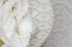 Il dettaglio del primo piano dell'artigianato tessuto tricotta il maglione bianco Immagine Stock Libera da Diritti