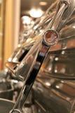 Il dettaglio del sedile piegato sopra appoggia dell'automobile scoperta a due posti d'argento Fotografia Stock