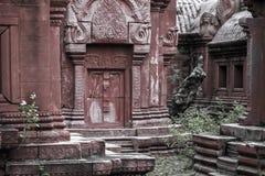 Il dettaglio del tempio buddista antico in Tailandia con i rossi carmini ha ornato la parete fotografie stock libere da diritti