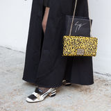 Il dettaglio della borsa e le scarpe al ` s di Milan Men adattano la settimana Fotografia Stock