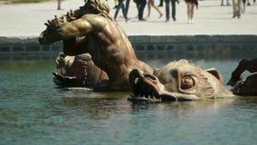 Il dettaglio della fontana di Apollo a Versailles fa il giardinaggio france archivi video