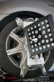 il dettaglio della macchina utensile di allineamento di ruota ha montato su una ruota Immagini Stock Libere da Diritti