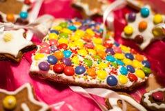 Il dettaglio di forma M&M del cuore di festa di Natale gradisce i biscotti fotografie stock libere da diritti