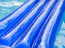 Il dettaglio di un cuscinetto gonfiabile galleggia in una piscina Fotografie Stock