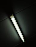 Il dettaglio di un tubo fluorescente ha montato su una parete fotografia stock libera da diritti