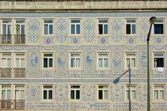 Il dettaglio di una casa tipica a Lisbona ha decorato con i azulejos fotografia stock libera da diritti