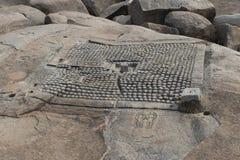 Il dettaglio di una pianta di un tempio ha scolpito nella roccia Hampi, India Immagine Stock