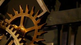 Il dettaglio di vecchi ingranaggi arrugginiti, trasmissione spinge video d archivio