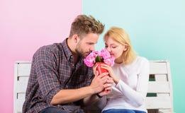 Il a deviné sa fleur préférée Fleurs pour elle Fleurs de favori de bouquet L'homme donne des fleurs de bouquet à l'amie Homme photo libre de droits