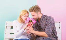 Il a deviné sa fleur préférée Fleurs pour elle Fleurs de favori de bouquet L'homme donne des fleurs de bouquet à l'amie Homme photographie stock