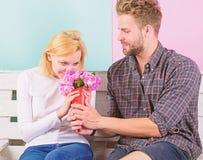 Il a deviné sa fleur préférée Fleurs pour elle Fleurs de favori de bouquet L'homme donne des fleurs de bouquet à l'amie photos stock