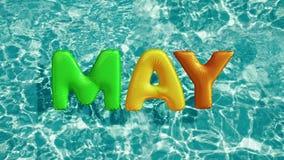 Il ` di parola PUÒ anello gonfiabile di nuotata a forma di ` che galleggia in una piscina blu di rinfresco Fotografia Stock