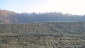 Il diagramma di terra si è digerito dagli escavatori Panorama sul cantiere stock footage
