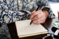 Il diario di scrittura dell'uomo si rilassa il concetto fotografia stock