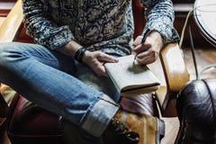 Il diario di scrittura dell'uomo si rilassa il diario di scrittura di ConceptMan si rilassa il concetto di svago del caffè immagine stock