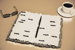 Il diario ha composto delle lettere su una tavola di legno con la tazza di caffè fotografia stock libera da diritti