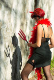 Il diavolo della donna esamina la sua ombra Fotografie Stock Libere da Diritti