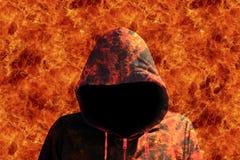 Il diavolo può camminare con il concetto di Halloween del fuoco fotografia stock