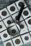 Il ` differente s del collettore conia con una borsa dei soldi e della lente d'ingrandimento Immagine Stock Libera da Diritti