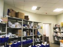 Il dipartimento della posta russa in Voronež, del luogo di consegna e della ricezione dei pacchetti, gli scaffali scatola-montati fotografia stock libera da diritti