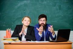Il direttore dell'insegnante decide chi entrer? nella scuola privata Enrollee d'intervista Enrollee dell'istituto universitario E immagini stock libere da diritti