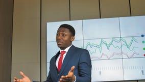 Il direttore della società sta presentando una presentazione sull'introduzione delle nuove tecnologie alla società in lento stock footage