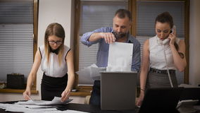 Il direttore ed i suoi assistenti in un panico uccidono i rapporti Distruzione di prova dei crimini finanziari archivi video