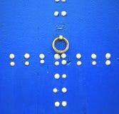 il dirtyv arrugginito del chiodo del metallo ha spogliato la pittura nella porta di legno blu e Fotografie Stock Libere da Diritti