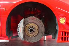 Il disco ceramico del freno del carbonio di un'automobile di sfida di Ferrari 488 alla serie di Asia Pacific di sfida di Ferrari  Fotografia Stock Libera da Diritti