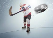 Il disco di hockey su ghiaccio ha colpito la visiera avversaria Fotografie Stock