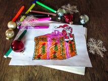 Il disegno del bambino di Santa Claus con un regalo Immagine Stock