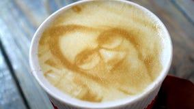 Il disegno del fronte di una donna su un latte del caffè della schiuma ha creato di da una stampante 3D video d archivio