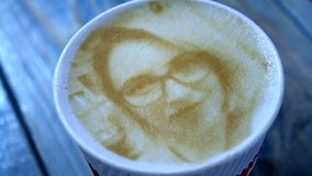 Il disegno del fronte di una donna su un latte del caffè della schiuma ha creato di da una stampante 3D stock footage
