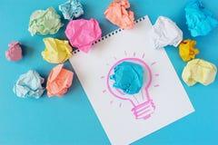 Il disegno di una lampadina su un fondo bianco L'idea, lampadina, colore ha sgualcito la carta fotografie stock libere da diritti