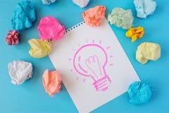 Il disegno di una lampadina su un fondo bianco L'idea, lampadina, colore ha sgualcito la carta fotografia stock libera da diritti