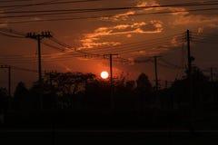 Il disordine dei cavi elettrici con il tramonto immagini stock libere da diritti