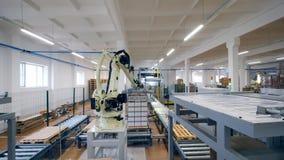 Il dispositivo automatizzato muove le azione con le scatole di cartone ad un magazzino video d archivio