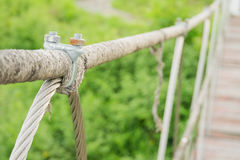 Il dispositivo d'ancoraggio del metallo collega l'imbracatura e la corda immagine stock