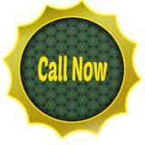 Il distintivo dorato con la CHIAMATA ORA manda un sms a Fotografia Stock Libera da Diritti