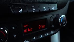 Il dito della mano che preme il pulsante sull'automobile disattiva la stabilizzazione: Sistema di controllo della trazione fuori stock footage